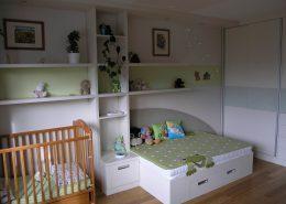 postel s výsuvnám úložným prostorem, látkovým čelem  a žábou