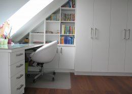 psací stůl a vestavěná knihovna